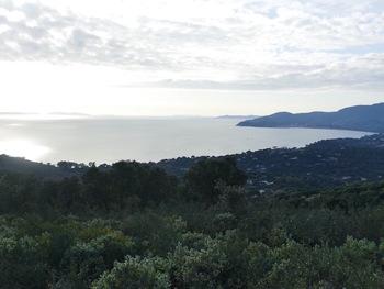 Au retour, depuis la crête, vers l'Ouest, en contre-jour, la Baie de Cavalaire