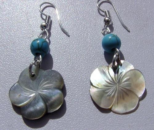 Boucles d'oreilles argentées avec ses perles turquoises et ses fleurs d'hibiscus en nacre