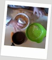 transvasement montessori activité occuper bébé bambin jouer calme riz pâtes motricité fine jeu