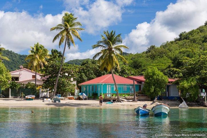 Yoles rondes, embarcations typiques et maisons colorées aux Anses-d'Arlet