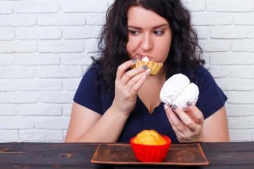 Une femme ayant envie de trop manger.