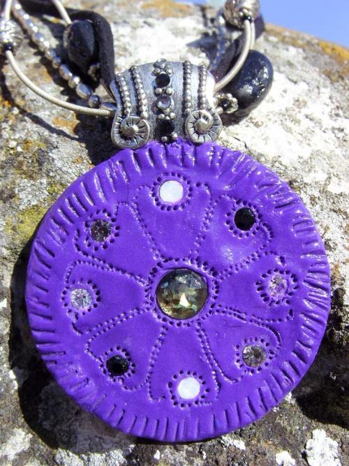 Collier noir et violet aux couleurs seventies
