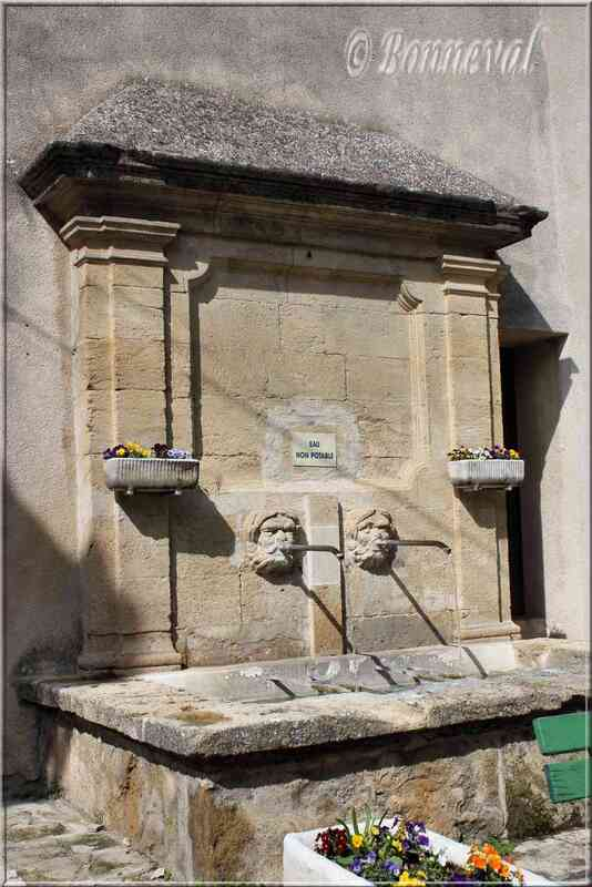 Fontaine rue du Portail Lauris Vaucluse
