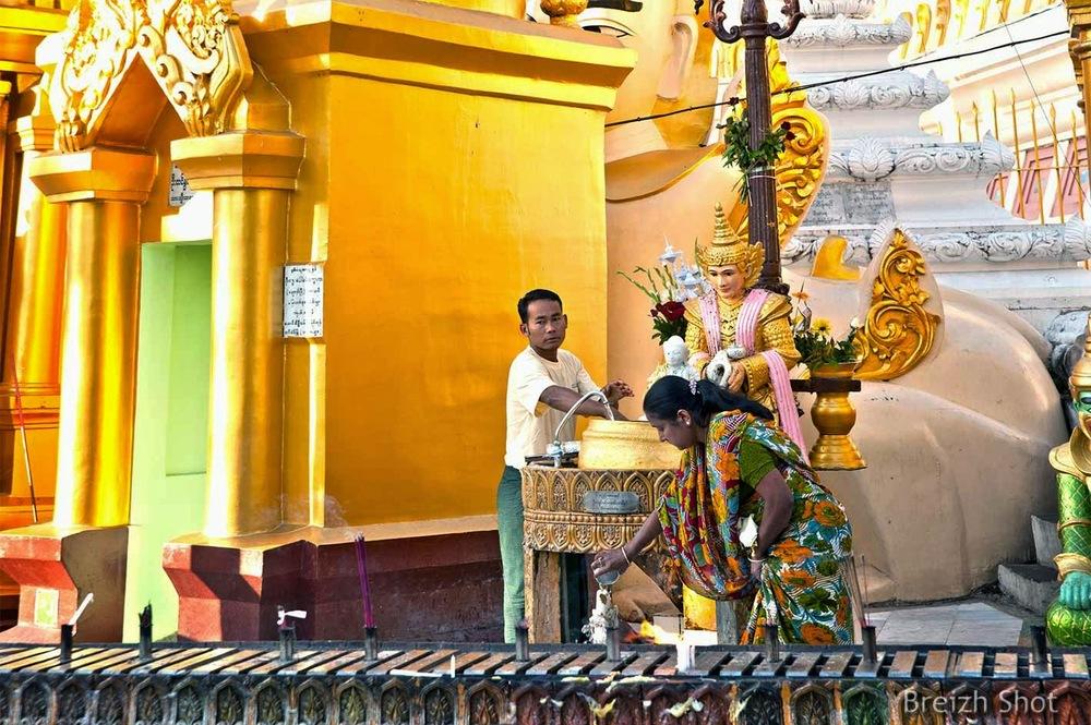 Shwedagon - offrande à une divinité