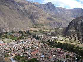 La ville actuelle au centre, et les ruines sur la colline à droite.