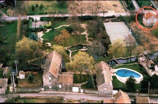 Photo: Bonjour à tous, Le moulin est fier de vous annoncer une nouvelle acquisition, il s'agit d'une maison situé Rue des Près à dannemois (Cercle Rouge sur la photo), construite déjà à l'époque de Claude François, et qui jouxte Le Moulin. Cette maison vient donc agrandir la surface du Moulin d'environ 800 M2 au sol donnant également un accès à la rivière l'école, sans compter le terrain, entre cette maison et le moulin, acquis il y a maintenant deux ans et qui a été intégré et « paysagé » au jardin du Moulin. Cette maison va être destinée à une nouvelle surface d'exposition, que nous allons préparer en étroite collaboration avec Flèche Production. Bien entendu nous vous tiendrons au courant de l'avancé de ce nouveau projet qui, je l'espère, sera inauguré pour Mars 2015 …. Enfin, je profite de cette information pour vous en indiquer une autre, ce dimanche sera diffusé sur TF1 à 20h55 le Film CLOCLO, tourné entre autre au Moulin dont ce fut d'ailleurs, le décor le plus important en terme de durée durant le tournage du Film … De là à penser qu'il y aurait une corrélation entre ces deux informations il n'y a qu'un pas …..