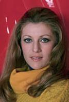 1976 : 3 tenues pour un fond rouge.