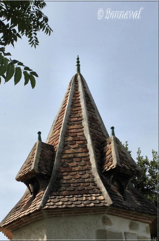 Pigeonnier sur pied octogonal tuiles écailles de poisson Villebramar Lot-et-Garonne Aquitaine