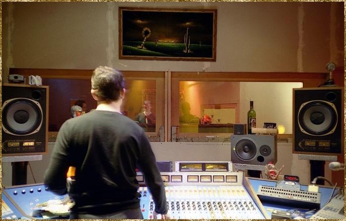 Il pousse la porte d'un petit Studio Sam Phillips,