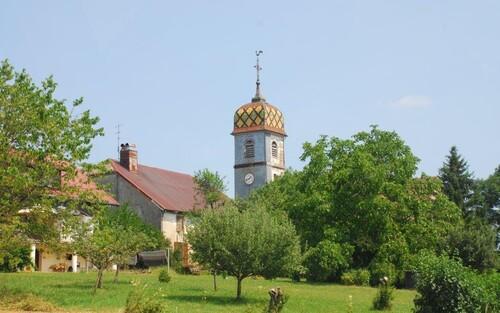 Clocher de l'église de Chaux du Dembief typiquement jurassine