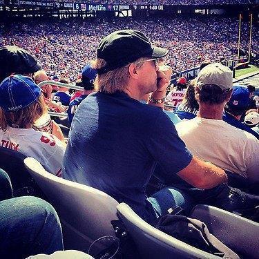 jon aperçu aux match des patriots le 17 sept 2012