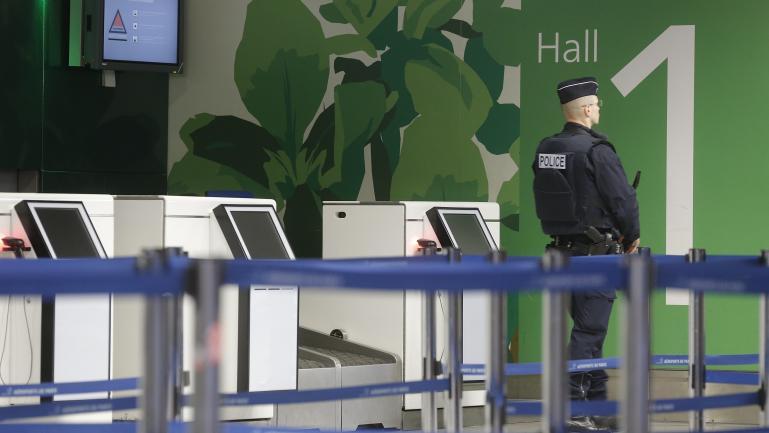 Un policier garde le terminal 1 de l'aéroport Charles-de-Gaulle, à Paris, le 19 mai 2016.