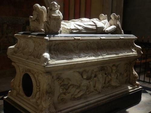 Tours Est : Cathédrale : Tombeau avec gisants des enfants de Charles VIII (visible)