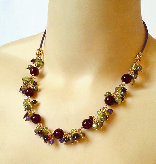 Collier Grappe Multicolore, Pierres de Grenat, péridot, Serpentine et Perles de Culture / Laiton doré