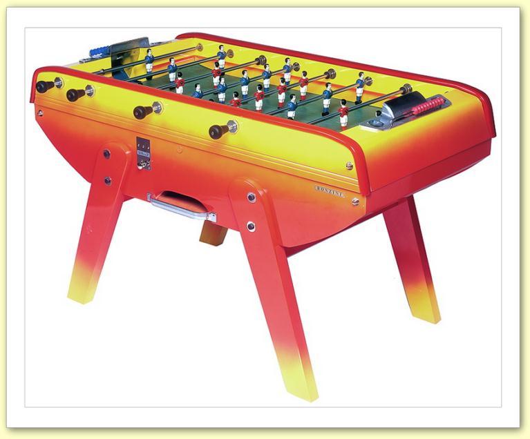 un baby-foot de salle de jeux décoré fun-board