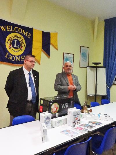 Le Lions Club remet , en 2011, des consoles de jeux aux maisons de retraite du Châtillonnais
