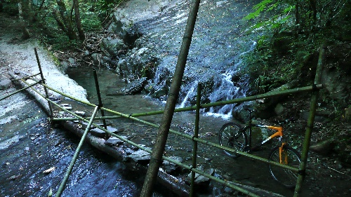 Crossing a little stream on 神木步道