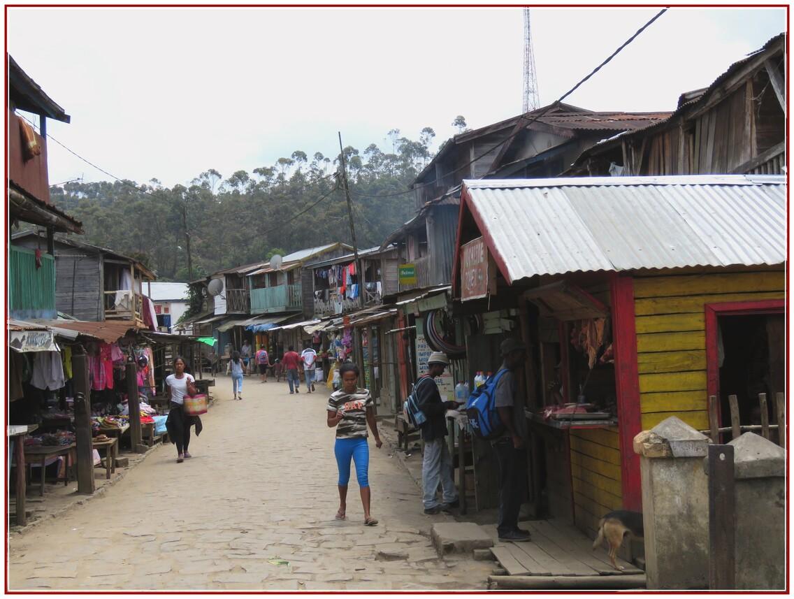 N2 SCENES DE VIE  A  MADAGASCAR