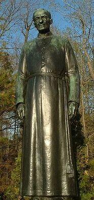 La statue de frère André à l'extérieur de l'oratoire