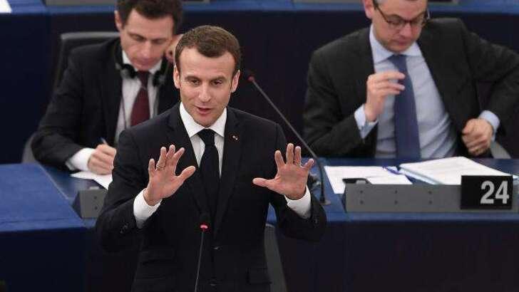 """""""Vous êtes venu pour plaire"""" : joute verbale acidulée entre Emmanuel Macron et Florian Philippot au Parlement européen"""