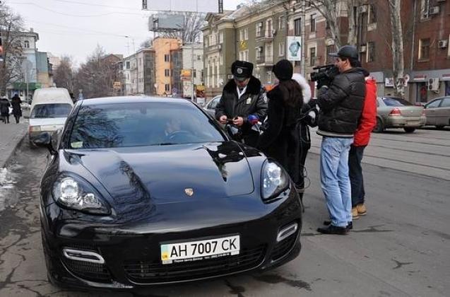 Un automobiliste se fait contrôler à Donetsk, en 2012. Crédits : ostro.org