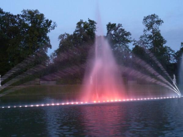 Grandes eaux nocturnes bassin et jets d'eau colorés