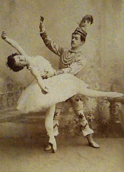 Photographie de la ballerine Olga Preobrajenskaya interprétant la Fée du Sugarplum et du danseur Nikolai Legat dans le rôle du Prince Coqueluche, ballet  Casse-Noisette, représentation au Kirov (Théâtre Mariinski) en 1900.
