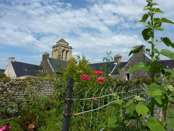Locronan (L'église vue d'une rue)