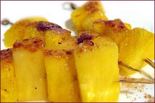 Brochettes d'ananas caramélisées aux cinq parfums