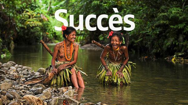 Deux femmes du peuple Mentawaï rient aux éclats près d'une rivière sur l'île de Siberut