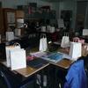 Les élèves recoivent un sac qui sera décoré et bien rempli.