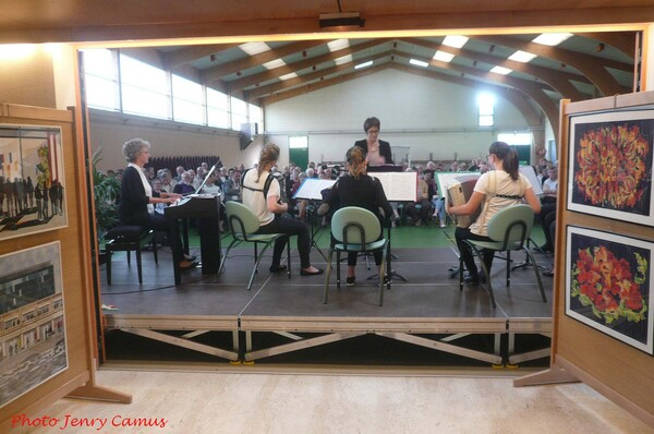 France- Accordéon a magnifié l'exposition de peinture des Amis du Châtillonnais !
