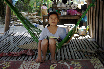 Blog de images-du-pays-des-ours :Images du Pays des Ours (et d'ailleurs ...), Hamac ter: et ici une jeune laotienne qui y étudiais ses leçons - Done Det - Laos