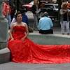 Canada 2016 : femme en robe rouge sur une fontaine à Québec