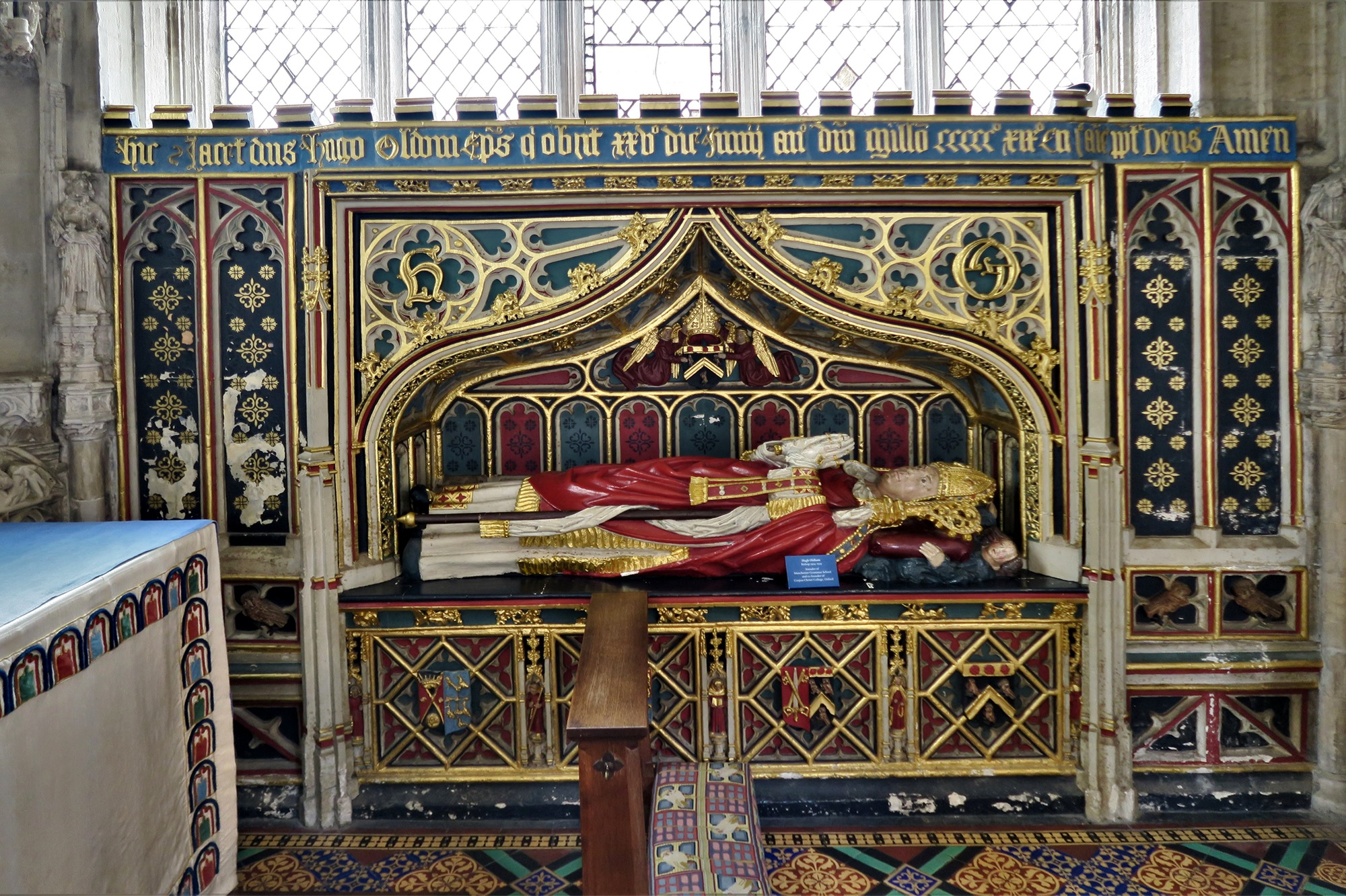 EXETER. Cathédrale. Tombeau de l'évêque  Hugh OLDHAM , Evêque d'EXETER de 1504 à sa mort en 1519. Son emblème, le hibou, est gravé sur les murs et le plafond.