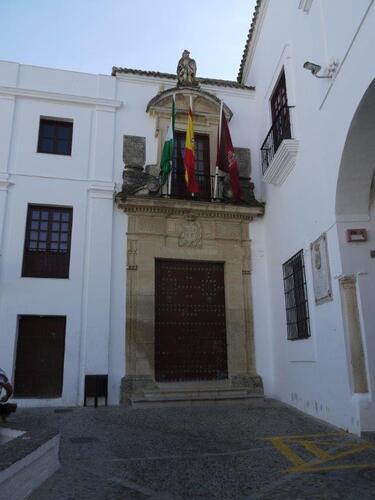 La porte de l'ancienne mairie surmonté de l'archange