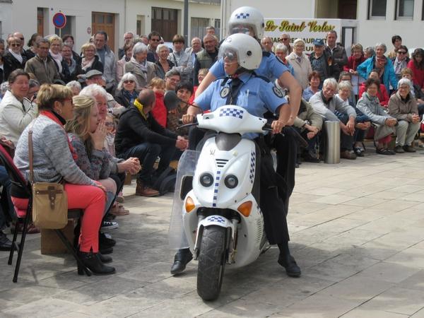 """""""Las Polis"""", un spectacle burlesque a été offert aux Châtillonnais sur le parvis du TGB !"""
