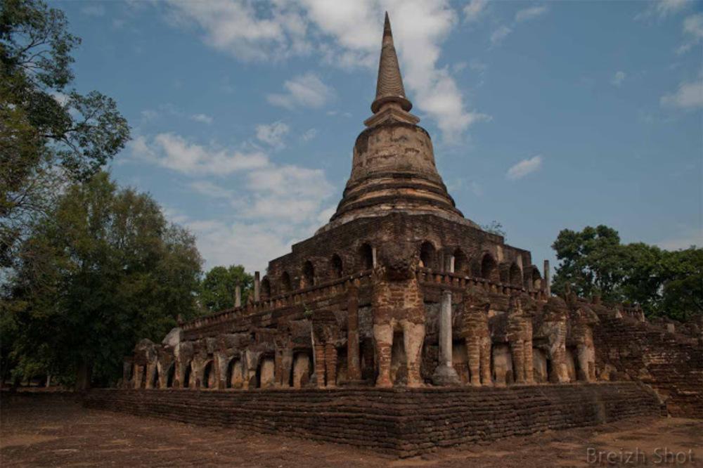 Wat Chang Lom, Le chedi aux éléphants - Les éléphants entourent le chedi