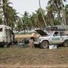 Bénin Bivouac 2 Route des pêches Papy bricole encore sur le Toy