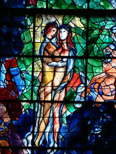 un vitrail intitulé la paix par chagall
