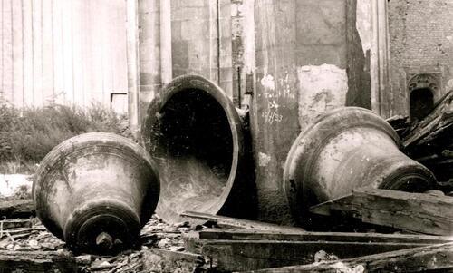 Calais: les cloches de l'église Notre-Dame à terre après le largage des bombes