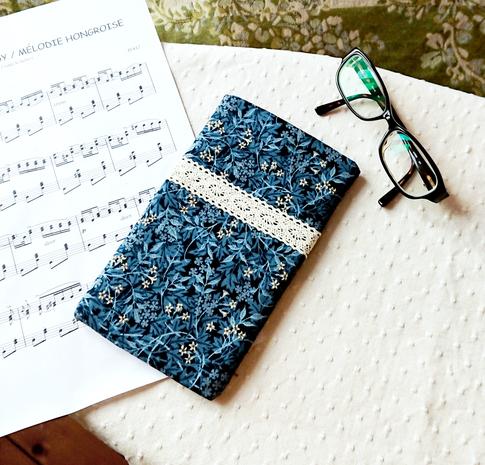 Etui molletonné téléphone mobile, lunettes, maquillage, 19 x 11 cm, tissus anglais coton imprimé bleu design William Morris motifs végétaux et floraux / fermeture bouton magnétique