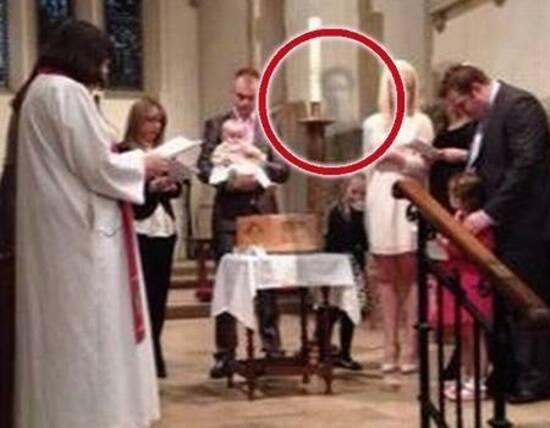 Le défunt s'invite au baptême !
