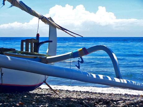 Bateau de pêcheur sur la plage de Jemeluk (Amed, Bali)