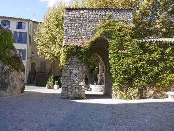La porte Sarrasine (derrière, on devine la font d'Amont)