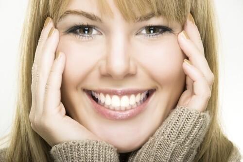 Le sourire est le baiser de l'âme .