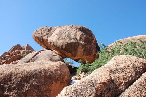 Des rochers en équilibre au dessus de nos têtes