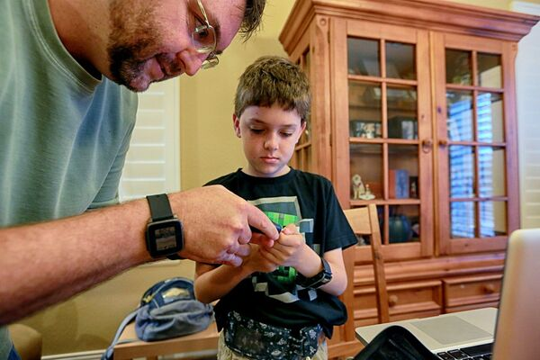 Andrew Calabrese et son papa Jason. Cet ingénieur en informatique a fabriqué un pancréas artificiel pour son enfant à partir de plans open source. © Sandy Huffaker, Wall Street Journal