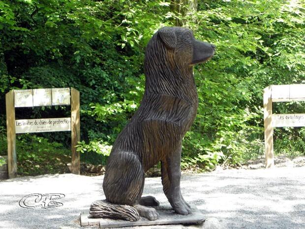 sculpture de chien en bois