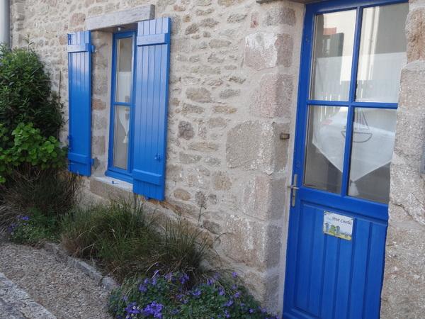 Pourquoi les volets et les portes sont peints en bleu en Bretagne